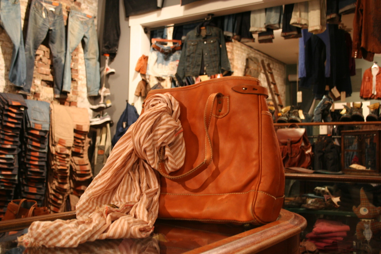 Eric took one of our new japanese selvedge scarves and washed them down. The outcome was a great shade of brown with our orange selvedge appearing a bit coral. The new color looks great with our leather tote.