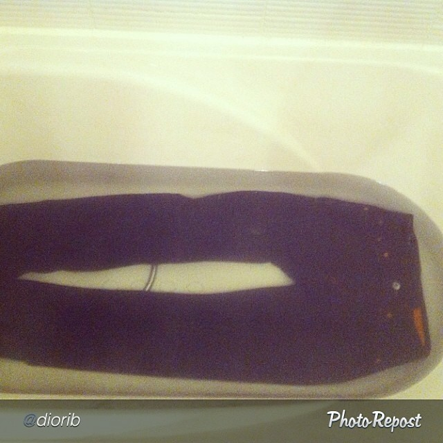 "Way to do it by @diorib ""Soaking~~ 요즘 자주입어주니 너무늘어나서 ㅎㅎ호호 #jeanshop#jeans#denim#selvedge#selvage#rawdenim#soaking"" via @PhotoRepost_app"