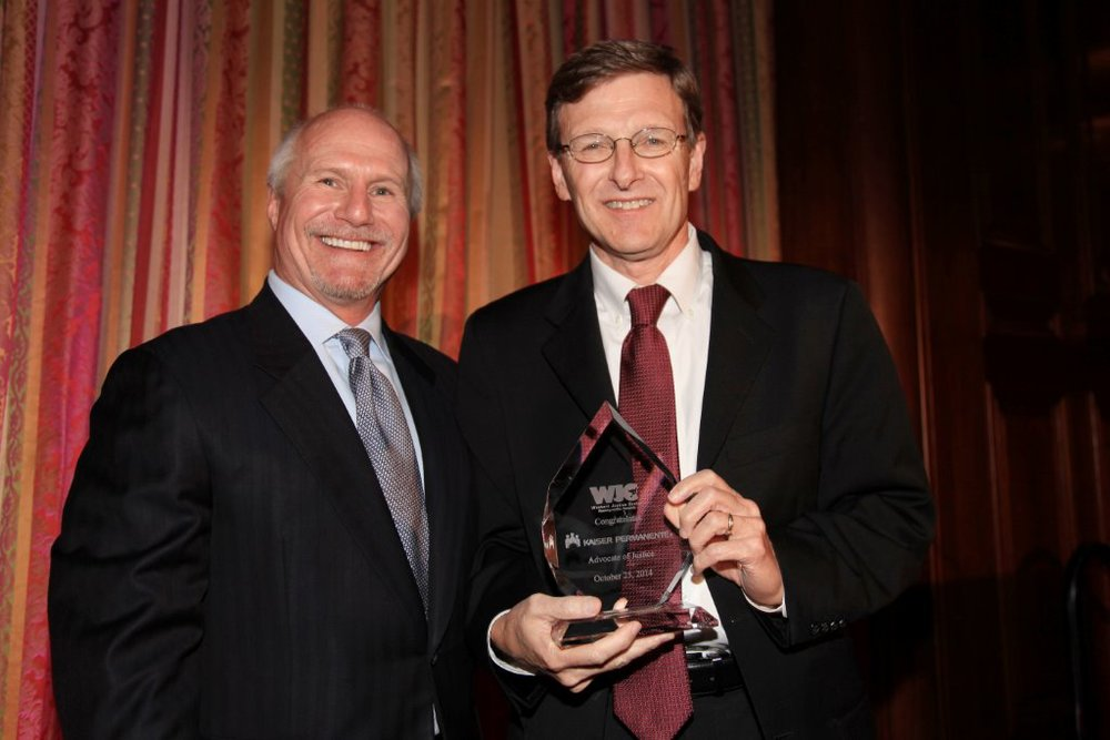 Kaiser Permanente SVP & General Counsel Mark Zemelman (r) accepts the Advocate of Justice Award on behalf of Kaiser Permanente from WJC Board Member Craig de Recat.  Photo credit:  Rick Kraemer.