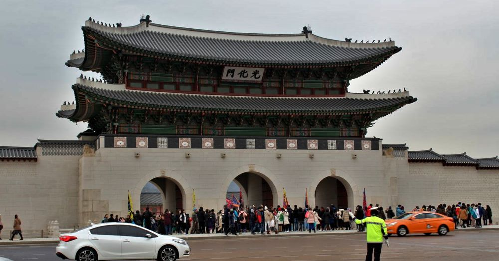 Changing of the guard at Gwanghwamun Gate in front of Gyeongbokgung Palace.