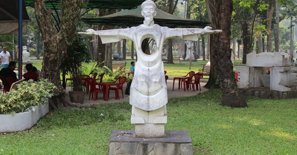 Statue in Tao Dan Park