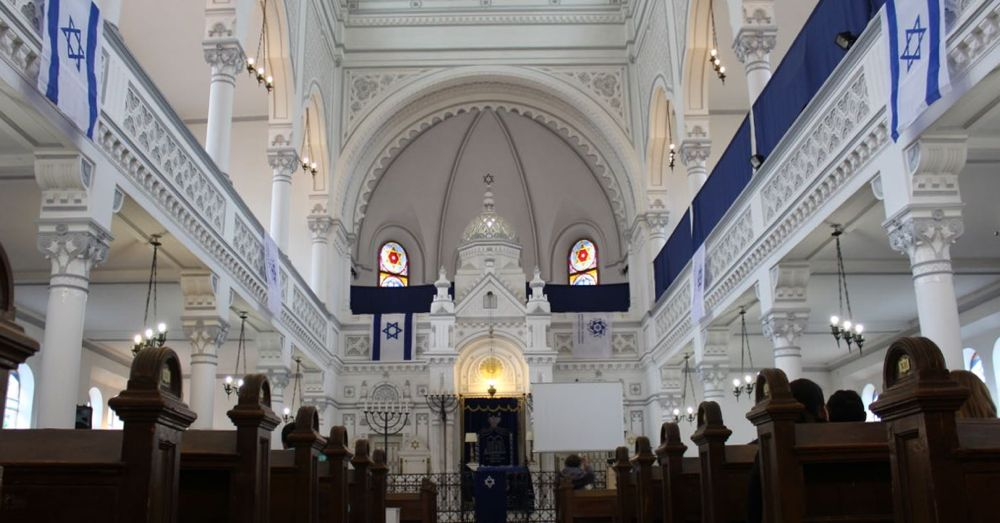 Inside the Neolog Synagogue.