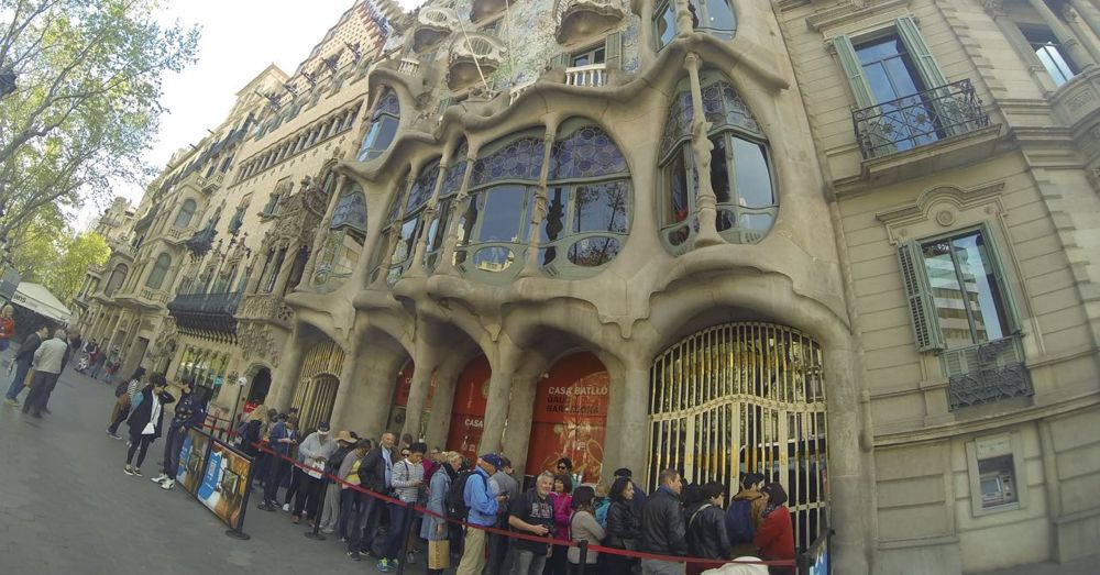 The queue at Casa Battló.