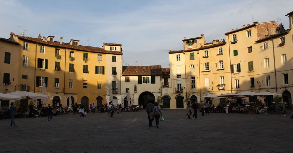 Inside the Piazza dell'Anfiteatro