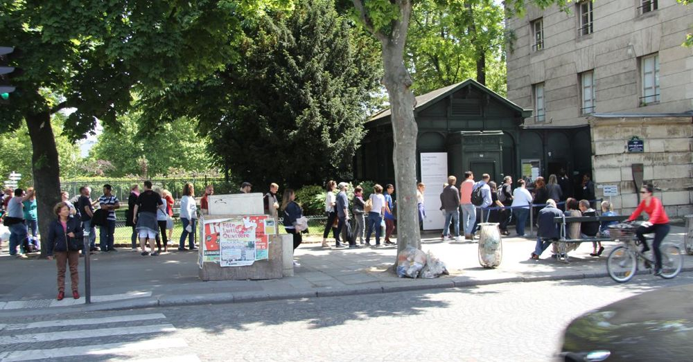 Queue for entering the Catacombs (the small green building).