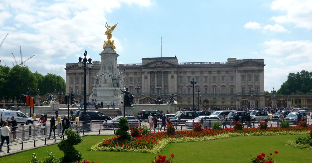 Buckingham Palace behind the Queen Victoria Memorial