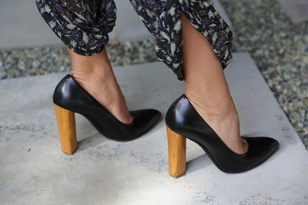 VANESSA-BELETIC-YSL-BLACK-WOOD-PUMPS-LOS-ANGELES. JPG