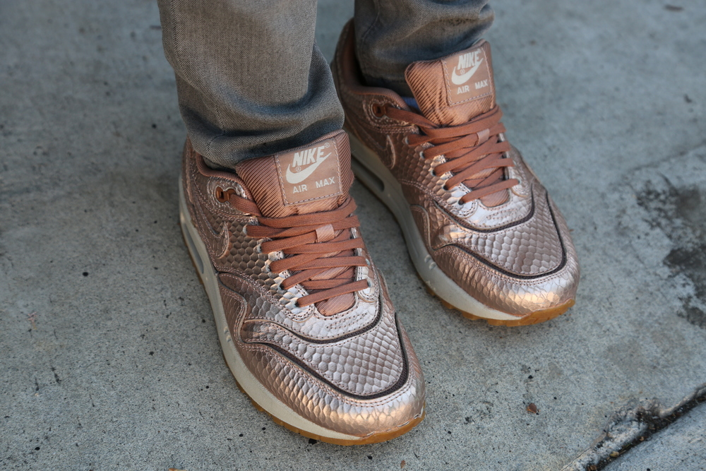 VANESSA-BELETIC-STYLE-ROSE-GOLD-NIKE-SNEAKERS-LOS-ANGELES.JPG