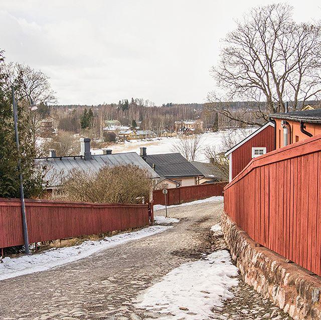 포르보 Provoo - 헬싱키 시외버스터미널 역할을 하는 캄피역에서 버스를 타고 약 1시간, 우리는 포르보에 도착했다. 포르보는 핀란드에서 두 번째로 오래된 옛 도시로 역사가 무려 800년이 넘었다. - 핀란드 헬싱키 여행자를 위한 안내서   기획 제작 라인매거진 디자인 @131watt 일러스트 @rieurpage 프로필 링크 클릭-! 👆 - D-19 텀블벅 펀딩 진행중입니다. 많은 관심과 후원 부탁드립니다. 🙏 www.tumblbug.com/helsinki - #line #linemagazine #linemag_kor #korea #train #travel #traintravel #magazine #라인 #라인매거진 #여행 #독립출판 #노던라인 #헬싱키 #포르보 #북유럽 #북유럽여행 #텀블벅