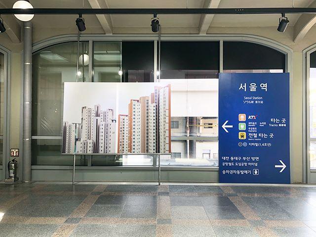 라인매거진은 문화역 서울 284에서 열리고 있는 제4회 퍼블리셔스 테이블의 전시를 기획했습니다. - Departure - 먼 길 떠나는 여행자의 마음으로 설레임을 가득 안고 서울역 플랫폼에 서서 유럽행 기차를 기다려 봅니다. - 가까운 미래에 남북이 통일이 되서 서울역에서 유럽행 기차를 타고 각 도시의 기차 플랫폼에 도착한다는 것이 이 전시의 기획 의도입니다. - 각 도시에 도착해 제일 먼저 발 딛는 곳인 공항이나 기차역에서 볼 수 있는 고유의 사인물과 그 나라의 언어를 그래픽, 사진, 사운드를 통해 보여줌으로써 새로운 도시에 막 도착한 설레임과 생경함을 느끼게 해주고 싶었습니다. - 퍼블리셔스 테이블을 구경하다 67m의 구 서울역 서측복도를 천천히 걸으며 잠깐이나마 다른 나라의 도시에 온 것 같은 느낌을 받으셨으면 좋겠습니다. - 퍼블리셔스 테이블은 오늘(5/27)까지 문화역 서울 284에서 아침 10시부터 저녁 7시까지 진행합니다. 많은 관심 부탁드리고 서측복도에 설치된 전시도 즐겁게 관람해주시고 반가워해주세요. 🤗 - #line #linemagazine #linemag_kor #korea #train #travel #traintravel #magazine #라인 #라인매거진 #기차 #기차여행 #여행 #독립출판 #퍼블리셔스테이블 #문화역서울284