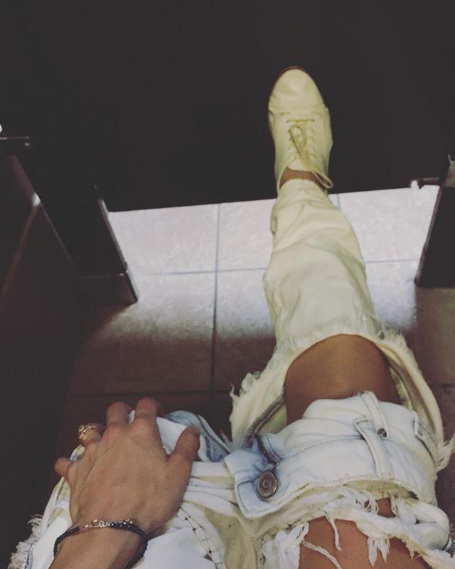 When the bathroom stall door won't shut 🤷♀️ #richardspub . . . . #yeg #yegnightlife #yegpub #yegbar #fashionista #styleblogger #stylblogger #fashion #style #beenthere #redhead #ginger #redhair #bathrooms #bathroom #bathroomselfie #rippedjeans #denim #jeans #aldo #yyz #lax #la #nyc #ny #atl #yyc #yvr #yul