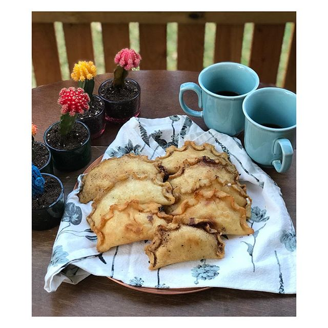 Hoy nos antojamos de las empanadas de queso y jamón que hace mi mamá 💓así que las hice para mis hijos . . . Today we were craving the ham and cheese empanadas that my mom makes💓so I made them for my kids#antojitodehoy #sundaymeal #comfortfood #empanadascolombianas