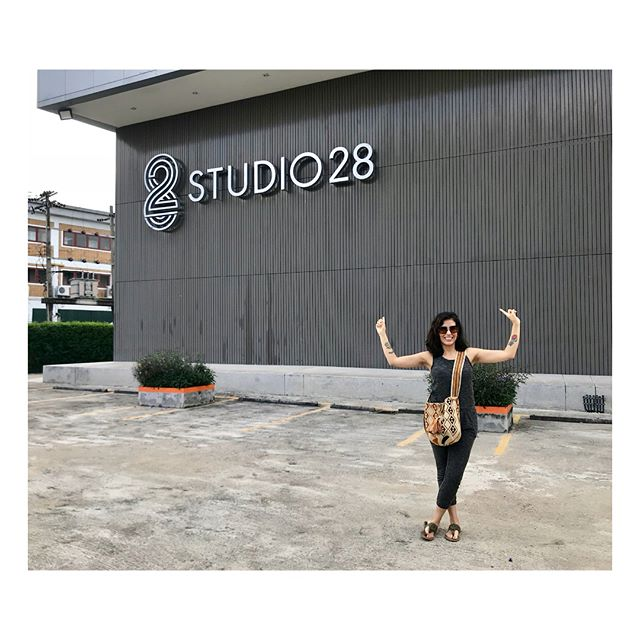 In awe with the amazing Studio 28 in Bangkok 🙌🏽 I just want to record here with a big orchestra 😊 It was a real pleasure to meet @fangyvilla and @jake.engineer 🎤 . . . . Hoy fui al estudio más grande en Bangkok y lo único que quiero hacer es grabar con una orquesta aquí 🎻 #soñarnocuestanada #arrangergoals #producergoals