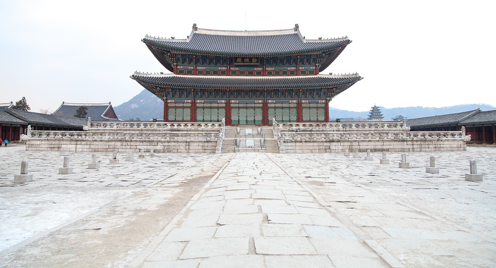 A lonely shot of the Geunjeongjeon Throne Hall during its closing hour.