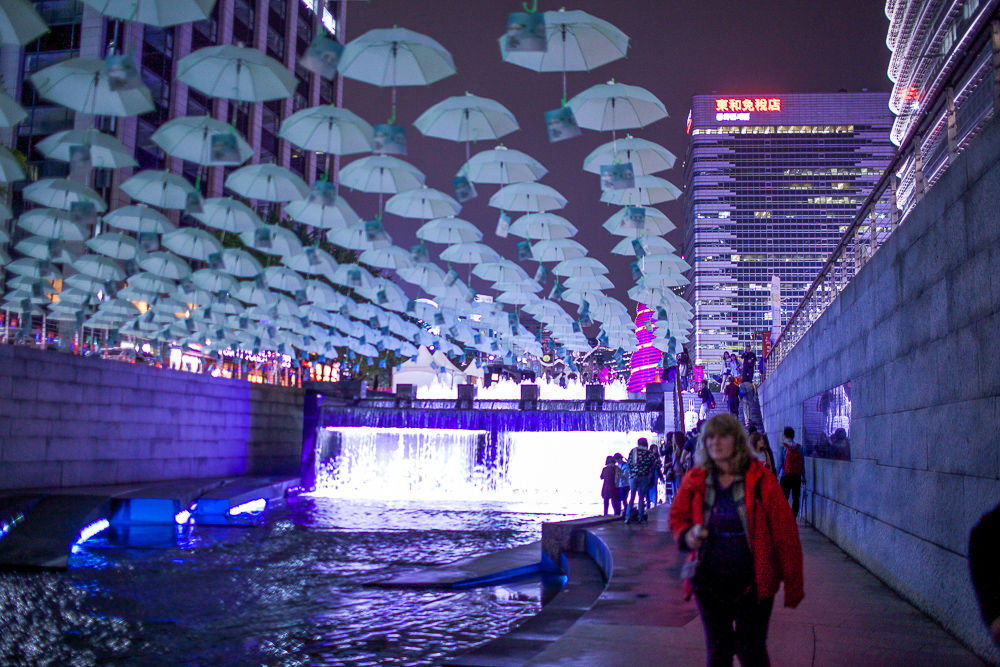 If you miss the evening shows scattered throughout Cheonggyecheon, swing by the end closest to Cheonggye Plaza for their lit water features.