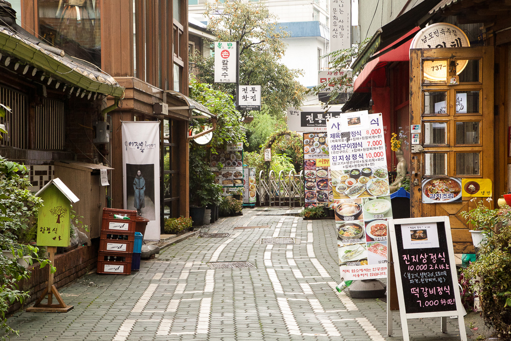 A typical alley at Insadong is filled with food, food and more food.