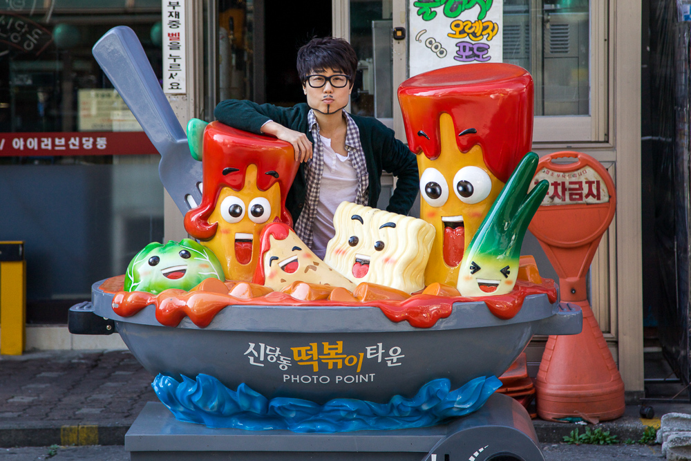 Photo opportunity at Tteokbokki Town. Boil in a pan with a crew of ingredients!