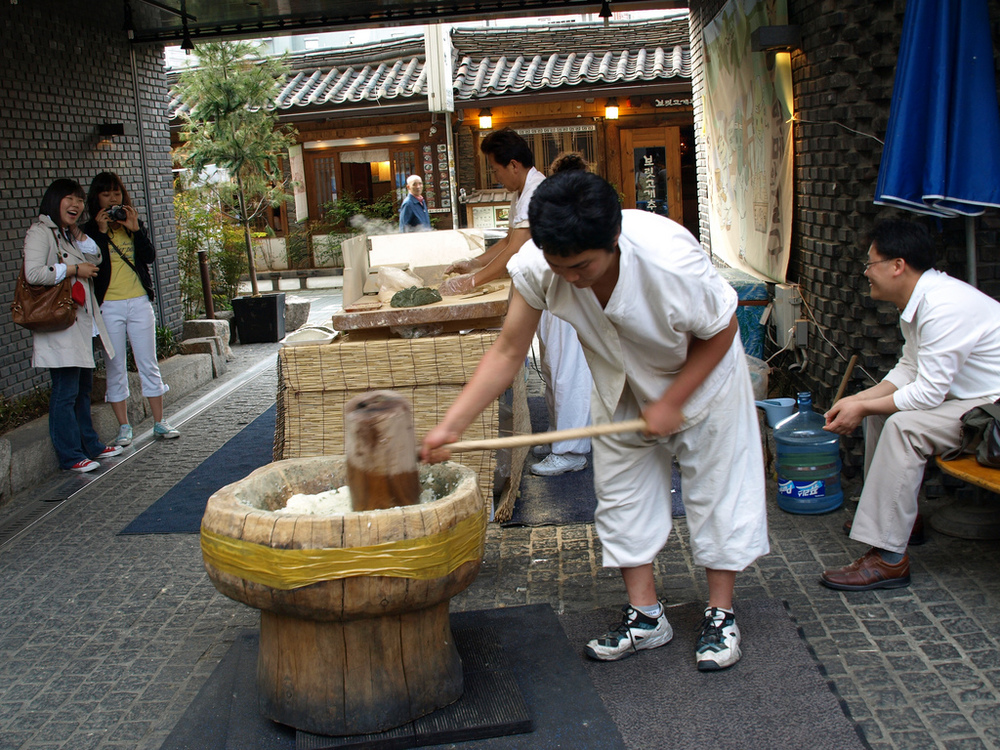 Man pounding rice cake flour in Insadong (Flickr)