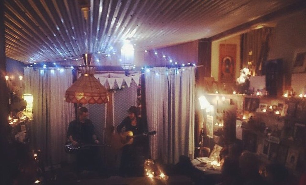 Now this is what you call a HOUSE CONCERT!