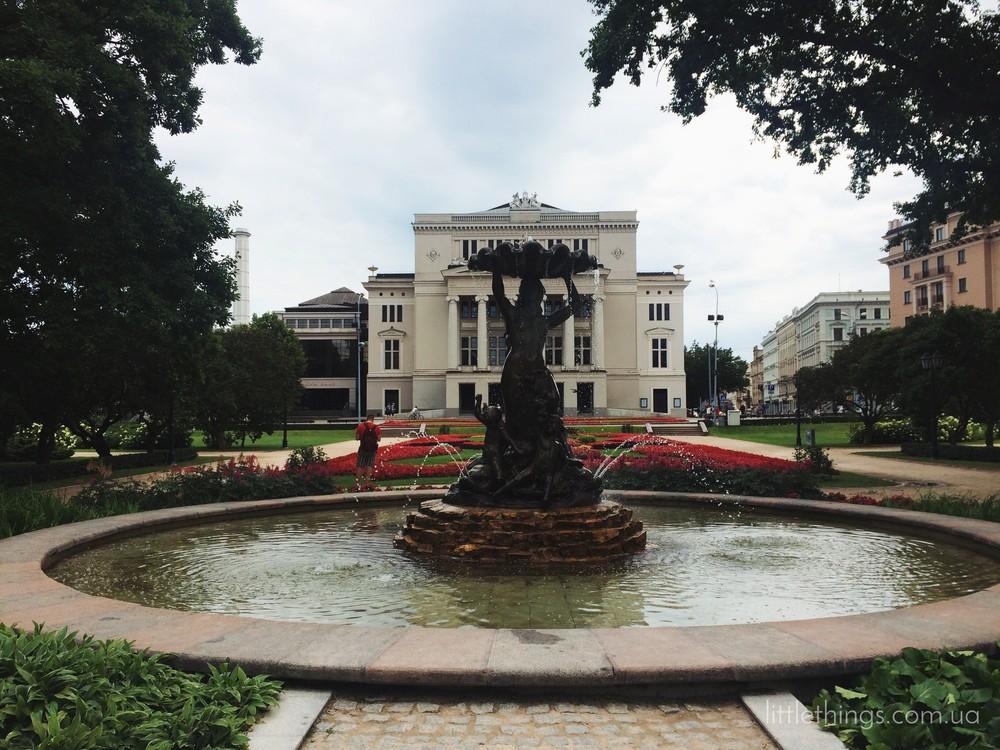 Сквер возле Национальной оперы