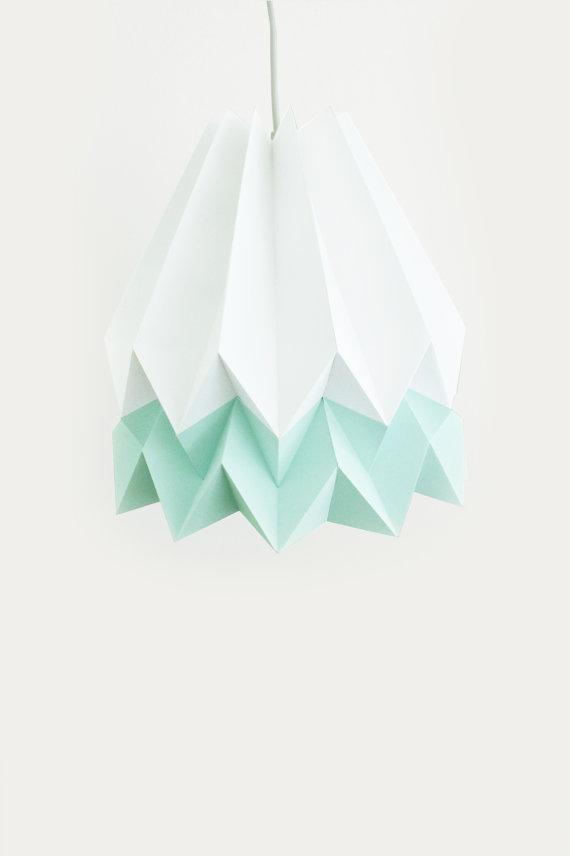 Blaanc, een jong Portugees design team, heeft het merkje Orikomi gecreëerd.Je kan de lampen bestellen viaEtsyof bij Noen.