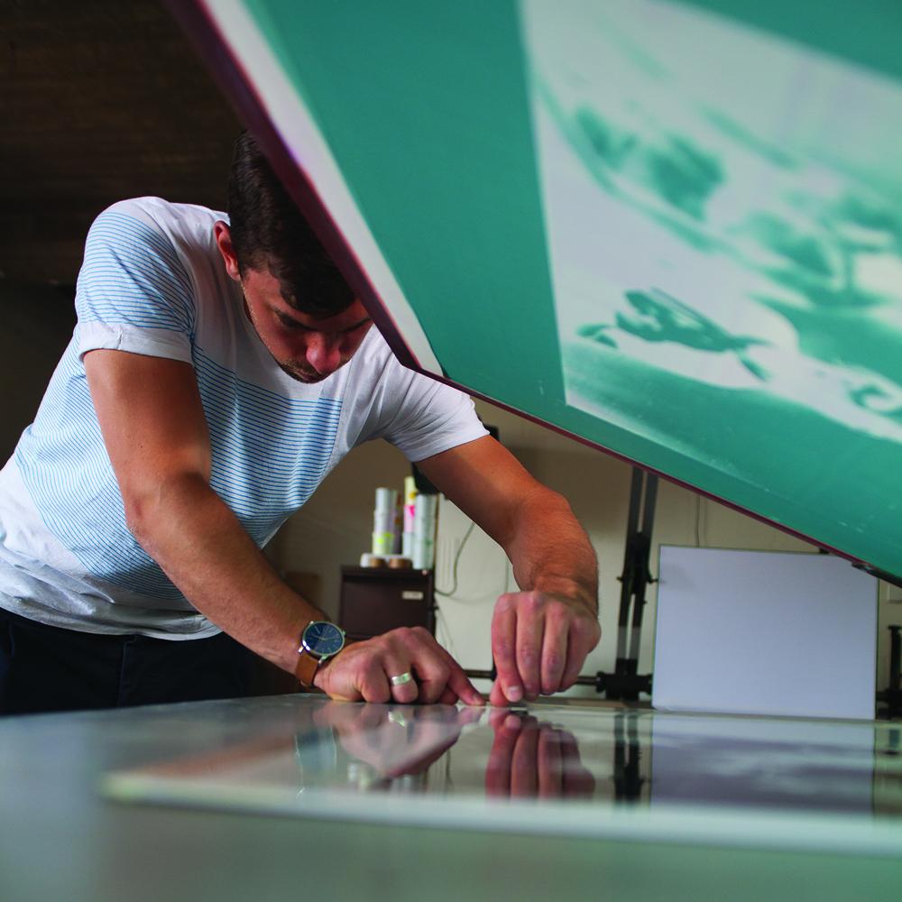 Zijn naam is Obed Vleugels, hij is post-K.A.S.K. grafisch ontwerper en zeefdrukker. Gewerkt in de modesector, de grafische sector en de interieursector. Nu verzorg hij ontwerp en uitvoering van grafische projecten in opdracht van particulieren, bedrijven en socio-culturele instellingen.Zijn werken zijn te bekijken in de Noen