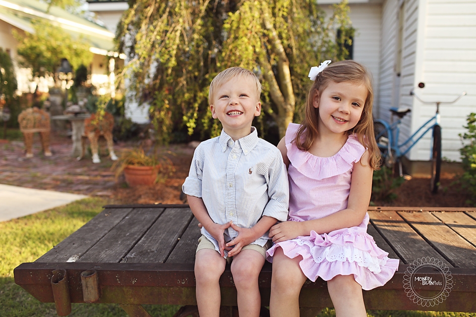 Little cuties! Here's some sweet sibling love for ya!