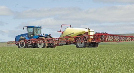 HARDY COMMANDER 4400 90 FOOT SPRAYER . 1200 L capacity. 90 foot width on a 90 foot boom. Bought new in 2013 and is not suitable for our purposes. Steering exles, boom level control and rate control. (Note our sprayer is the same as the one in this photos)