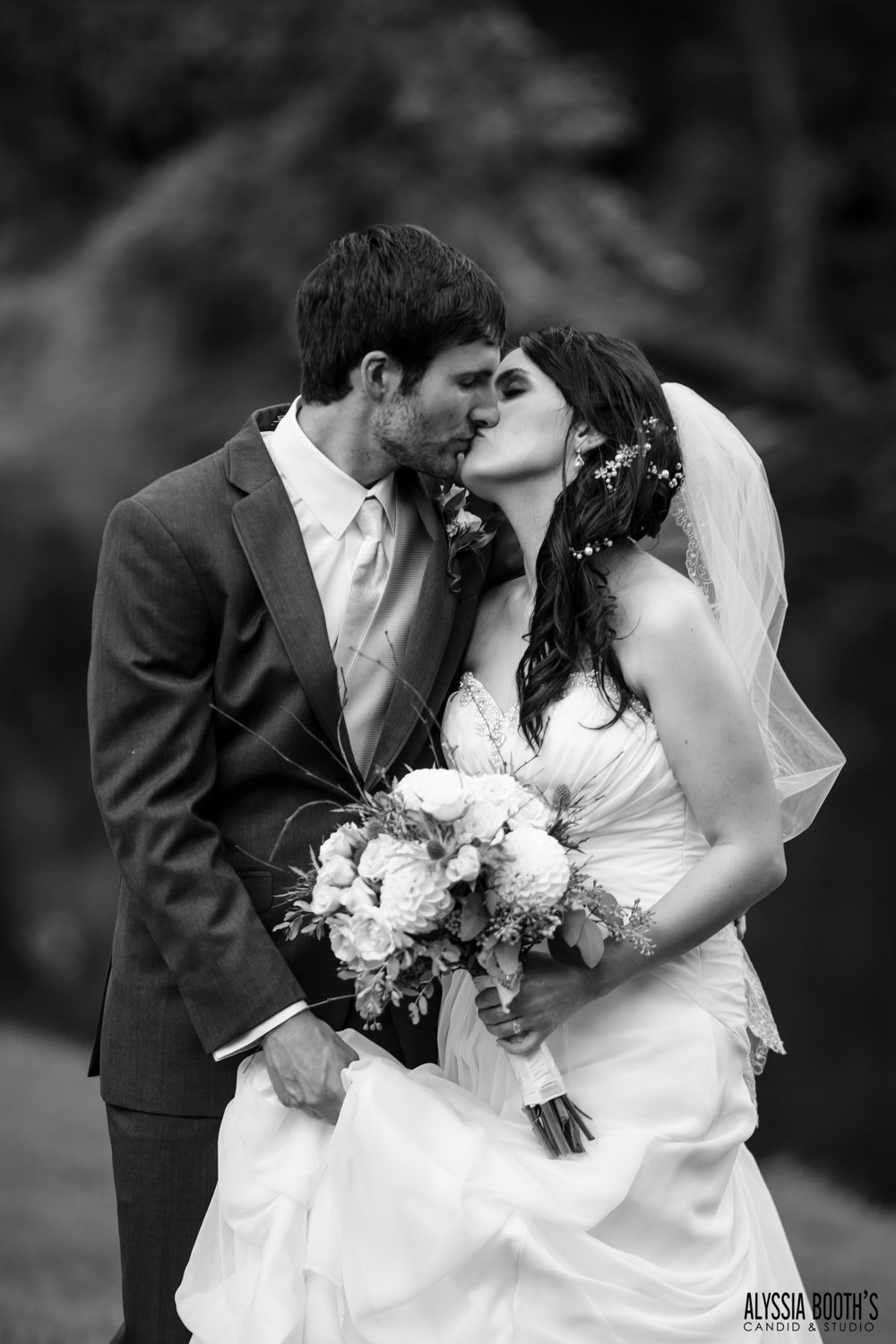 Kiss | Michigan Wedding Photography | Alyssia Booth's Candid & Studio