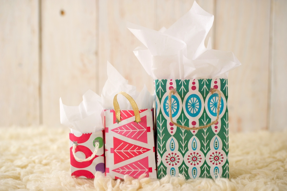 Make+a+gift+bag+out+of+wrapping+paper.jpg
