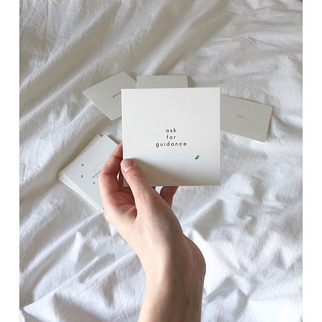 These early monday mornings...writing in my journal, pullings cards for extra guidance and support, creating a moment of silence. . How do you start your mondays? . #mondays #mondaymorningspread #businesssistercarddeck