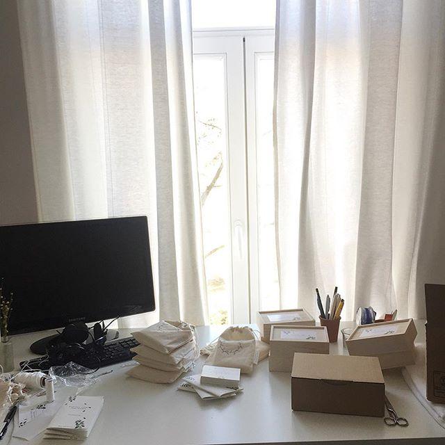 For all my Dutch followers.. Er zijn nog Nederlandse kaartendecks te bestellen. . De volgende druk zal in het Engels zijn en ik verkoop deze maand de laatste Nederlandse kaartendecks. . In mijn webshop vind je - de allereerste NL editie in een zakje voor €27,50. -de laatste NL editie in een houten doosje voor €44,-. . Als je nog vragen hebt, let me know. Mijn webshop vind je in mijn link in bio. . #afsluiten #opruimen #nextlevel #businesssisterkaartendek