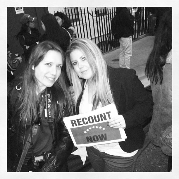 Con Austri, la organizadora de la Concentración Masiva en Londres ayer. Protestando por nuestros derechos