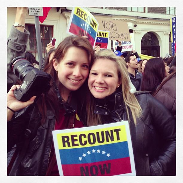 Con Jessica Simonovis protestando y cantando el himno nacional