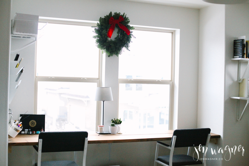 minimal-christmas-office-desk