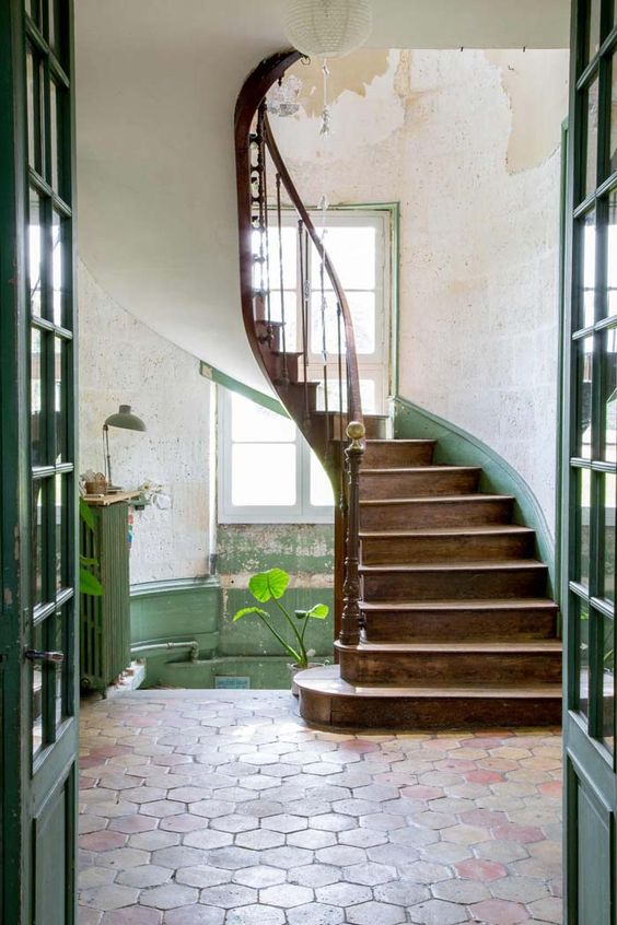 Not just for the shower – check out this hex tile entryway! Swoon. (keltainentalorannalla.blogspot.com)