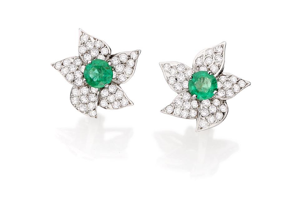 Brinco Lotus   Ouro branco 18k, esmeraldas e diamantes  R$ 7800,00  Cod. LMFTBRLOT