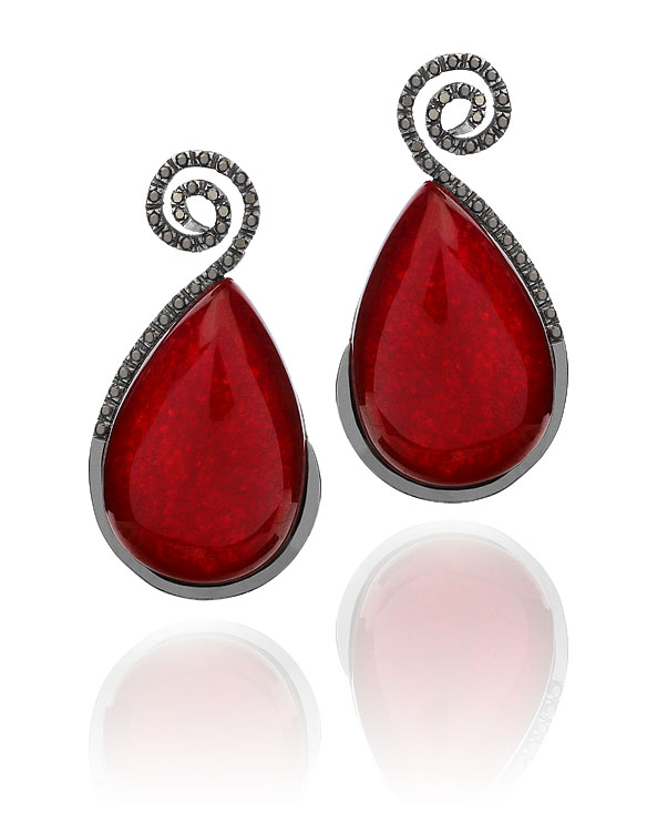 Brinco Coccinella   Ouro negro, jade vermelha e diamantes negros  R$ 5210,00  Cod. LMFTBRCOC