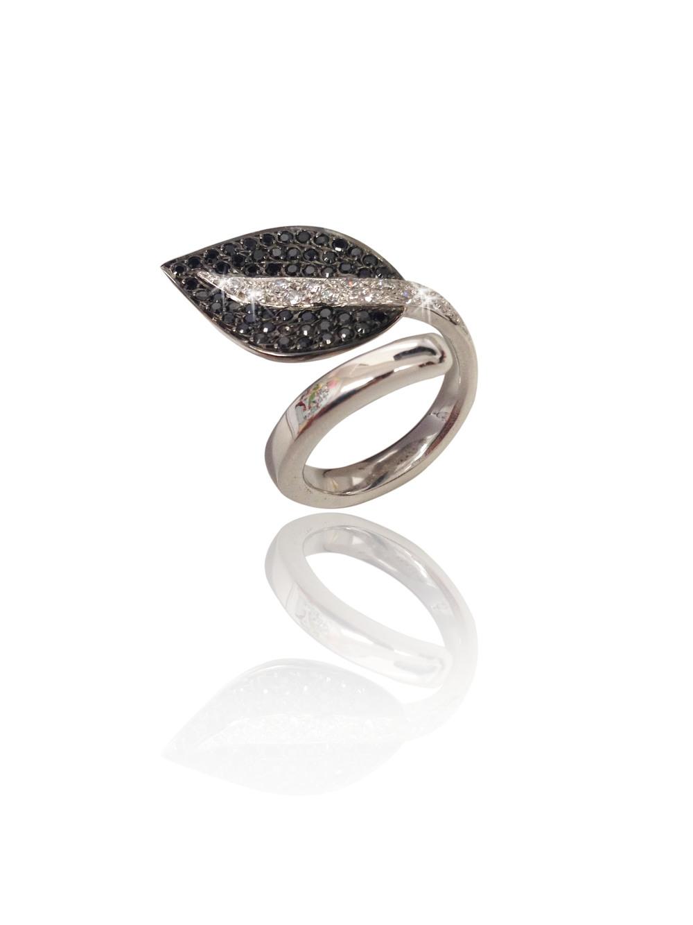 Anel Folha Negra   Ouro branco 18k com ródio negro, diamantes e diamantes negros