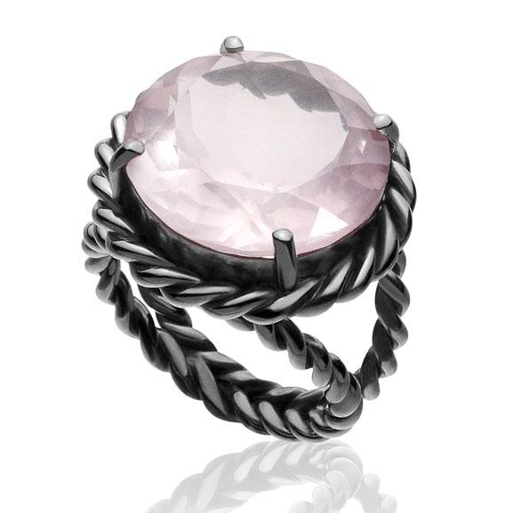 Anel Vernazza    Prata com ródio negro e quartzo rosa    R$ 630,00    Cod. LMALANVER