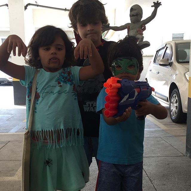 O Drácula, a múmia, a spider-girl, e o Huck caça zumbis. Prontos pro combate! 👻🎃👊 Estamos protegidos, né @marcelocsmonteiro ? #halloween