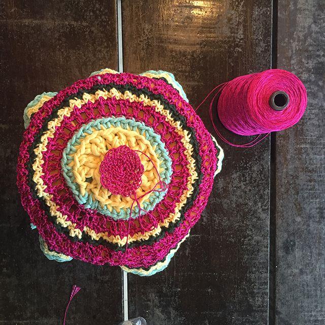 Banquinho de crochê feito pela vovó @denisemonteiroarquitetura pra Lalá! 😍😍😍 #aceitoencomendas rsrsrs