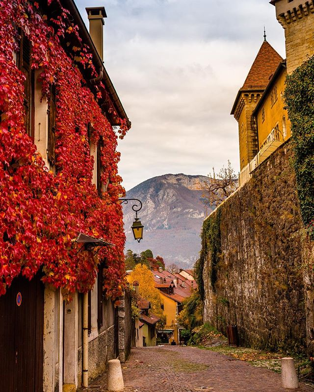 Annecy, France c. Fall 2015. [canon 6d] #travelphotography #photography #travel #france #annecy #latergram #rain #reflection #canon6d  #teamcanon #castle #fall #fallcolors