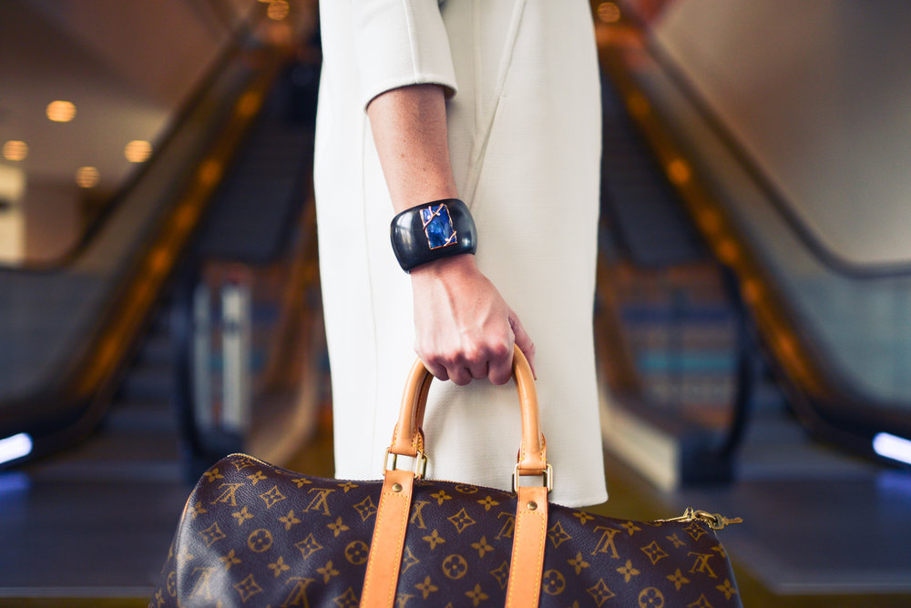 Fashion for business woman in airport |https://static.pexels.com