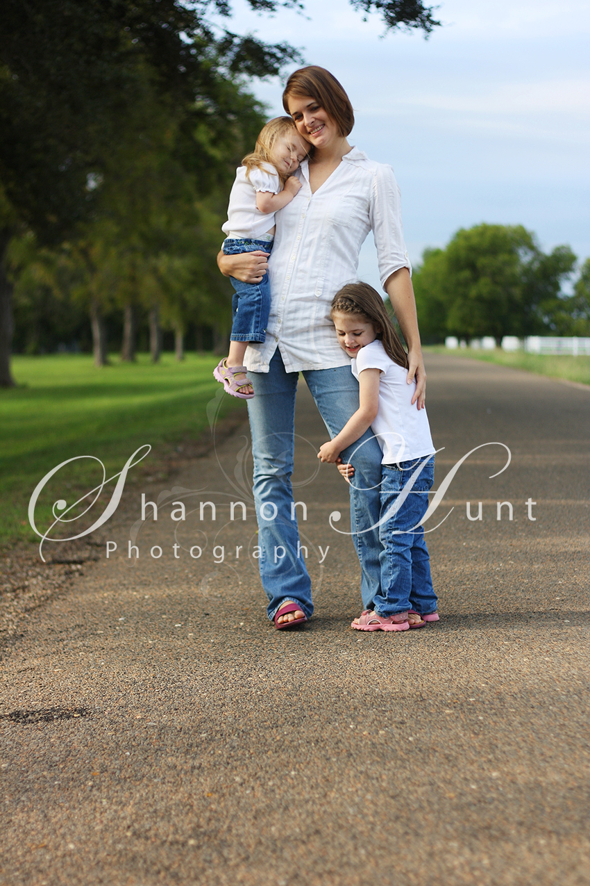 Mother with daughters family photography by photographer Shannon Hunt Temple, Texas (TX)