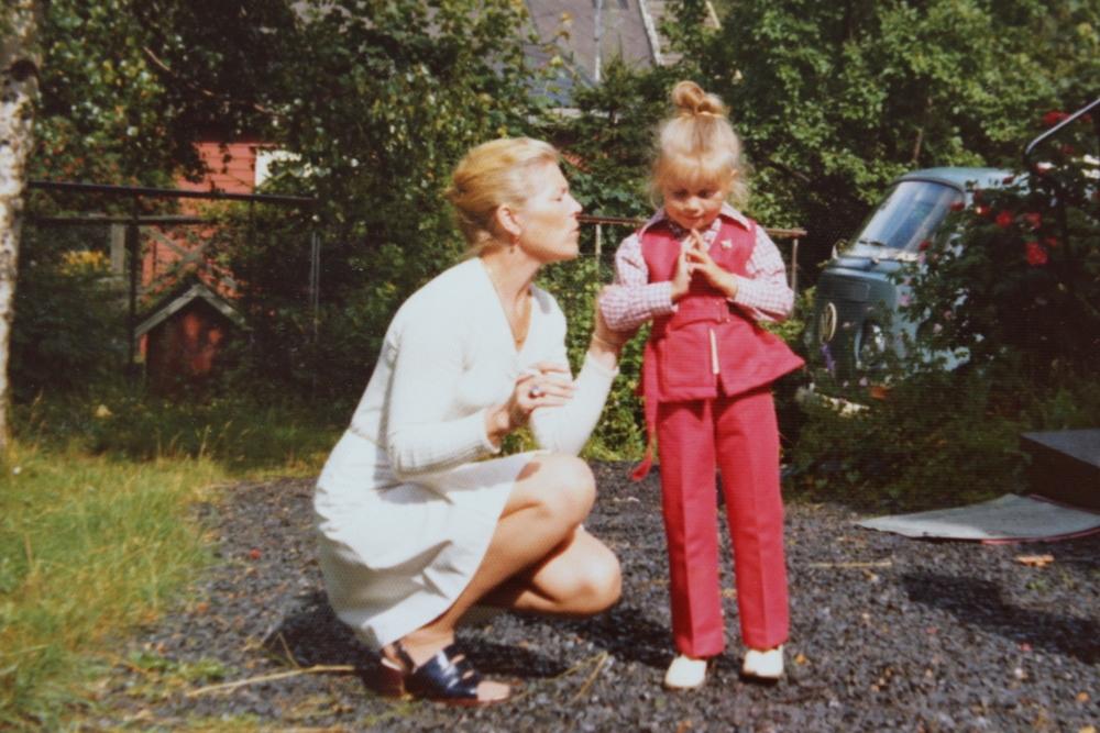 Juli 1974 utenfor huset jeg vokste opp i. Jeg synes både mamma og jeg så veldig chic ut, og husk, i 1974 viste ikke mange at sigaretter var dumt.