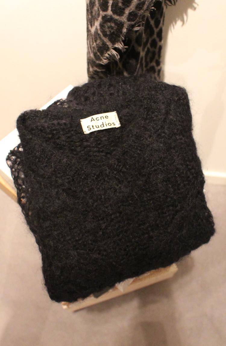 3e4742ef På jobb, t-shirt fra Mua Mua, Genser fra Acne og skinnskjørt fra By Malene  Birger