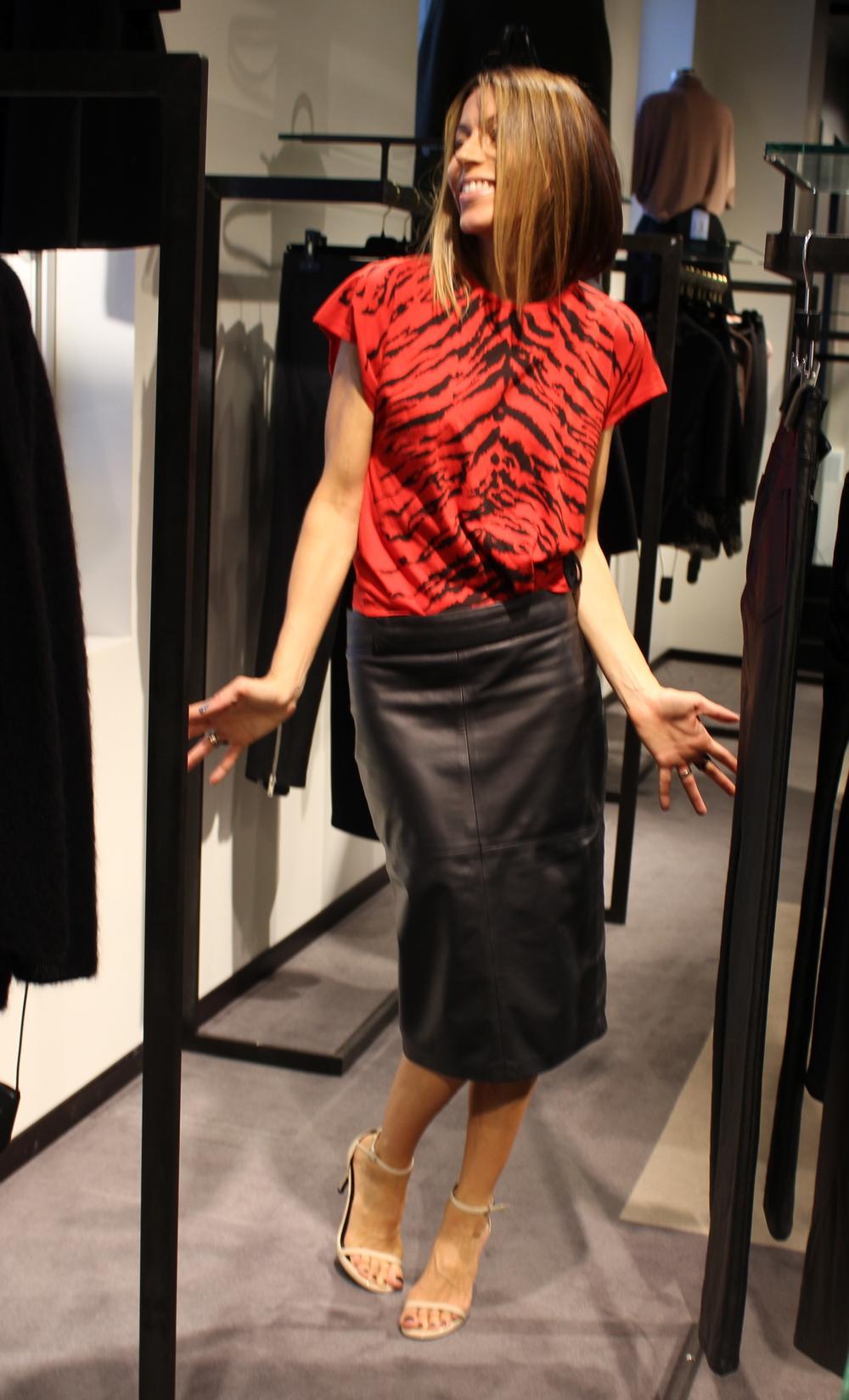 Sjokk! Lady in red. Dette er ingen vanlig t-shirt. Sandalene er forresten Saint Laurent fra i sommer.