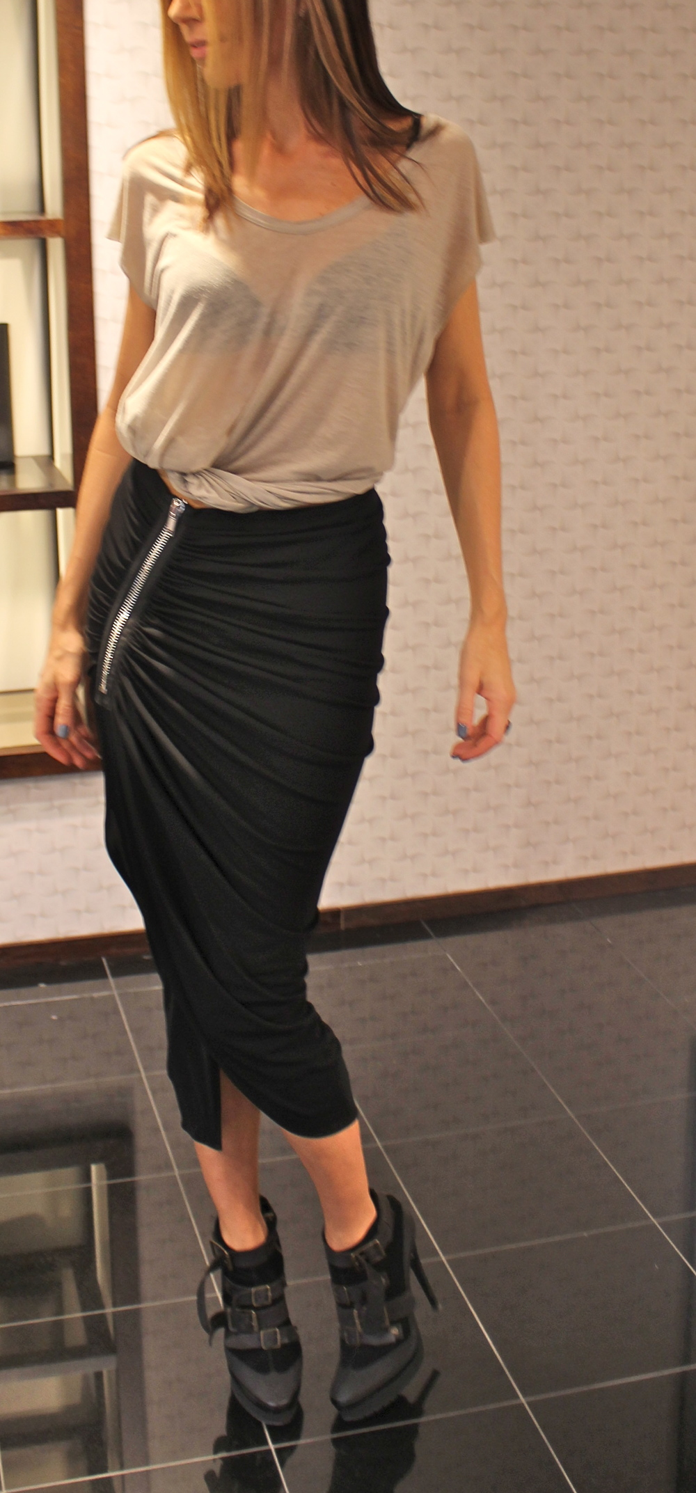 Givenchy skjørt. Elsker lengden, splitten og glidelåsen.