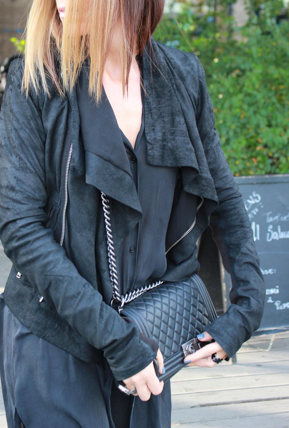 Rick Owens jakke, Chanel Boybag, Acne skjorte, YSL ring, Saint Laurent ring, Dior neglelakk Junon.